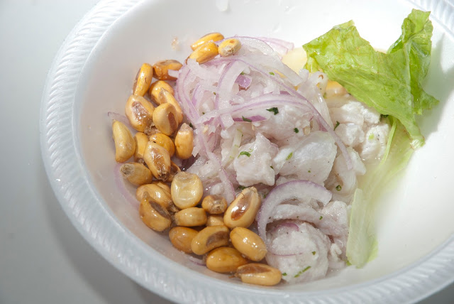 Ceviche mit Fisch, Zwiebeln und geröstetem Mais