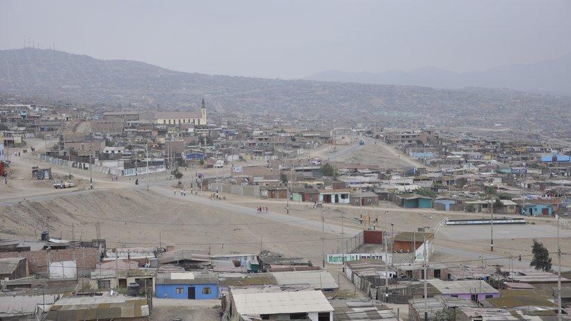 Das Viertel Pachacútec in Lima, Peru, Wasser