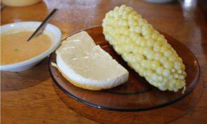 vegetarisches Essen in Ecuador: Käse Mais (choclo) und die scharfe Chilisoße Ají