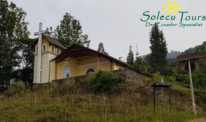 gelbe Kirche auf dem Vulkan Ilaló