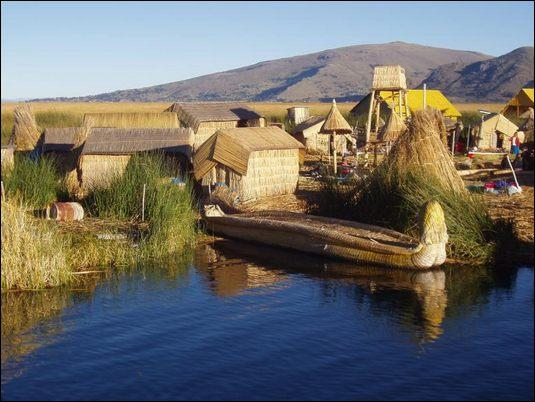 Eine schwimmende Insel der Uros auf dem Titicaca-See, Peru