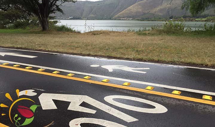 Fahrradweg entlang der Lagune Yahuarcocha