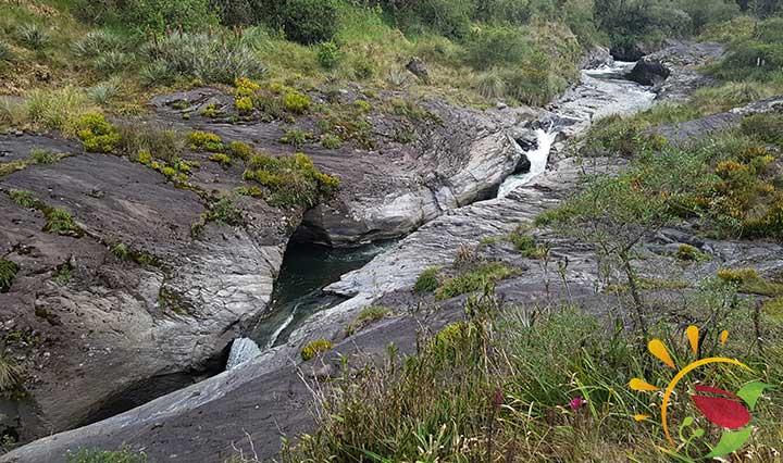 Fluss zwischen Lavagestein auf dem Weg zum Condor Machay