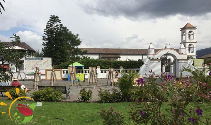 Innenstadt von Cumbaya mit Park, Kirche und Kunst