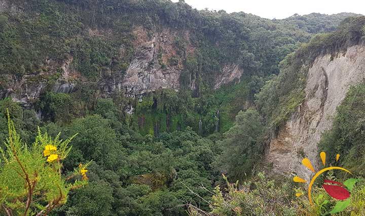 Schlcuht mit Wasserfällen im Öko-Reservat Santa Rita südlich von Quito