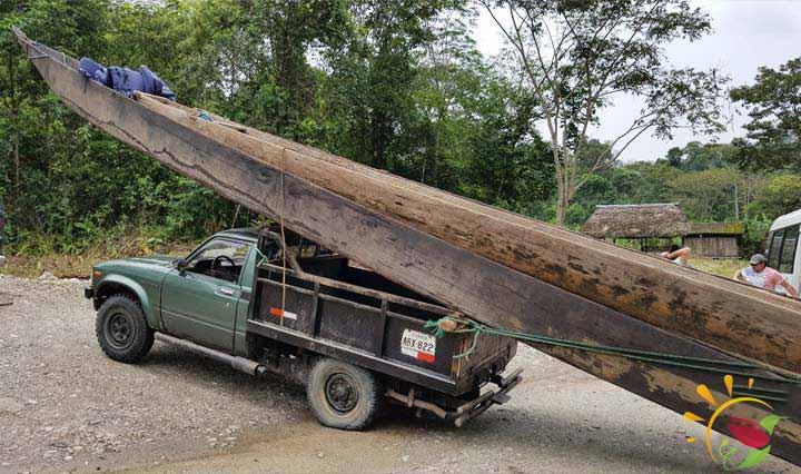 Kanu auf Camioneta bei Puyo, Ecuador