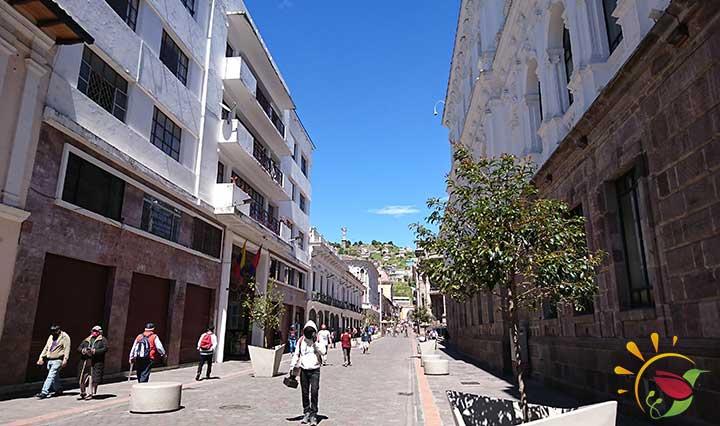 Fußgänger mit Masken wegen Corona in der Garcia Moreno Straße in der Altstadt von Quito
