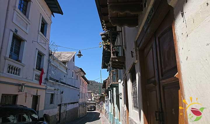 Menschenleere Straße La Ronda wegen Corona in der Altstadt Quito