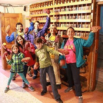 Solecu Team bei Führung über Kakaoverarbeitung