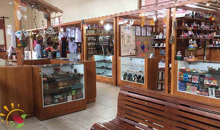 Schmuckstände in der Bahnhofshalle von Riobamba