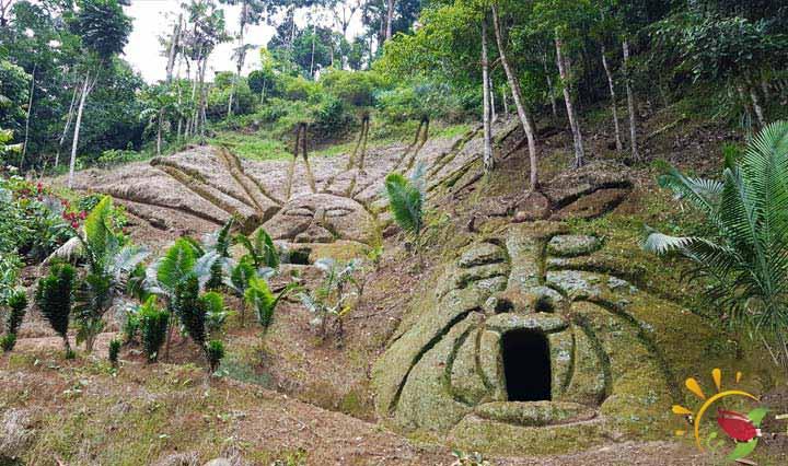 Höhlen auf dem Weg zum Mirador Indichuris in Ecuador