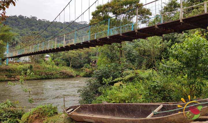 Brücke über den Fluss Puyo