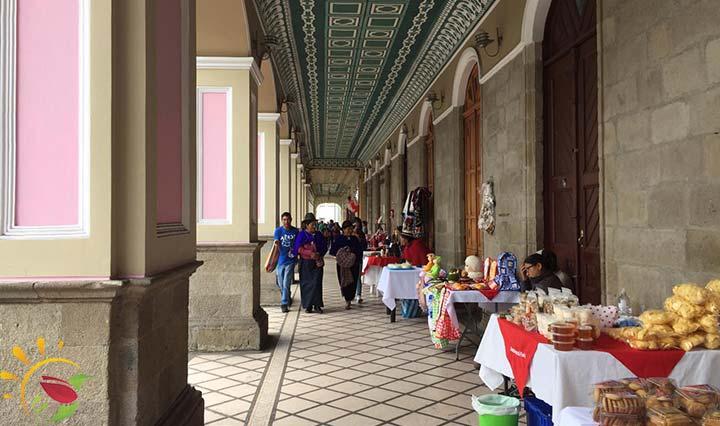 Verkaufsstände neben der Plaza Sucre
