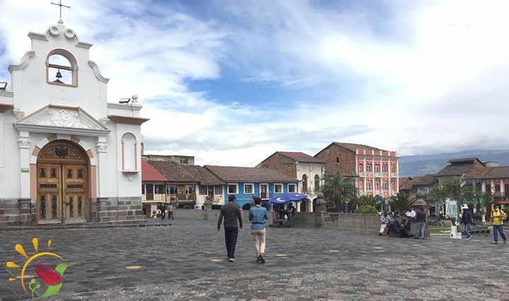 Plaza neben der Matrix-Kirche in Sangolqui, im Valle de los Chillos nahe Quito, Ecuador