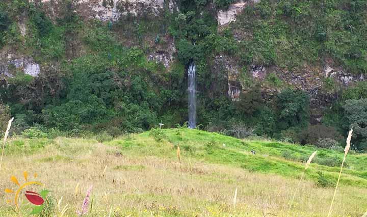 Aussicht vom Parkplatz auf die Schlucht und die Wasserfälle von Rumibosque