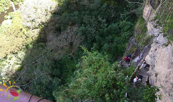 Treppen in die Schlucht für Besuch der Wasserfälle von Rumibosque
