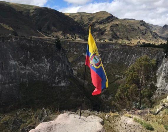 Ecuador Flagge an der Toachi Schlucht