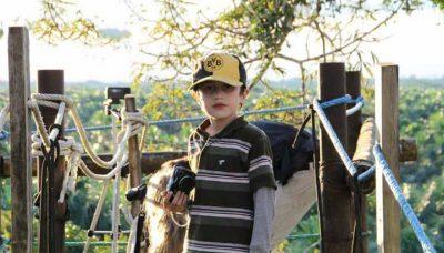 Familienreise in den Yasuní Nationalpark in Ecuador: Nicolas auf dem Aussichtsturm