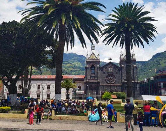 Dorfplatz in Baños, Ecuador