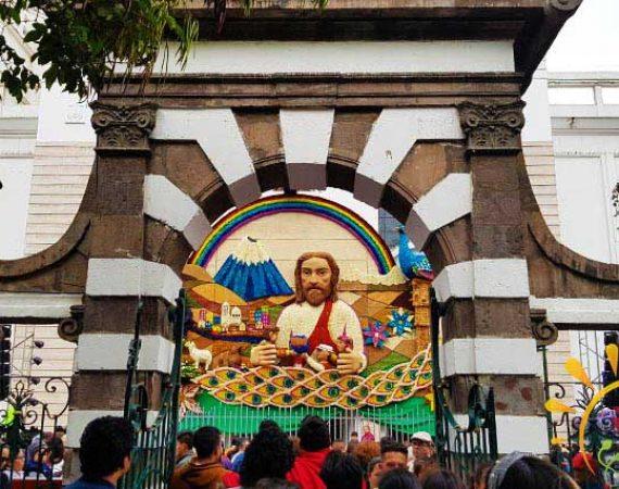Kathedrale in Ambato an Karneval