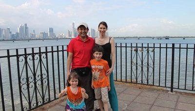 Familie auf Reisen vor der Skyline von Panama City