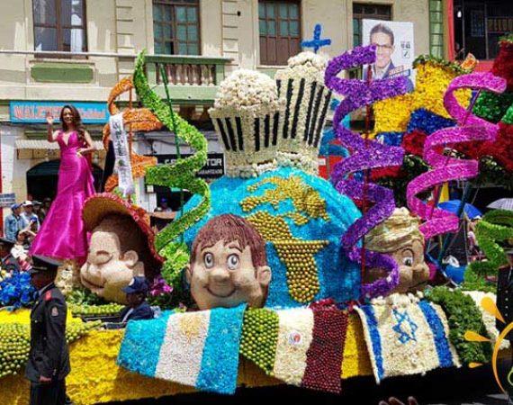 Umzugswagen auf dem Desfile de las Frutas y las Flores in Ecuador